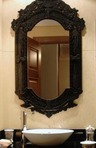 El espejo da amplitud y personalidad a un baño